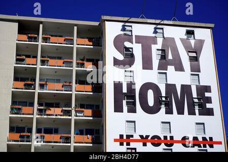 23 aprile 2020 - Città del Capo, Sudafrica : Covid-19 cartello di avvertimento su un edificio a Città del Capo Foto Stock