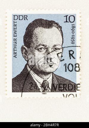 SEATTLE WASHINGTON - 21 aprile 2020: Francobollo 1920 della DDR, Germania orientale, con ritratto di Arthur Ewert, un attivista politico comunista.