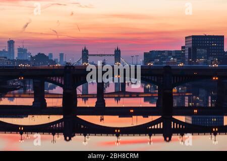 Inghilterra, Londra, Southwark, Londra London Bridge City, riflessi del Tamigi ponti all'alba Foto Stock