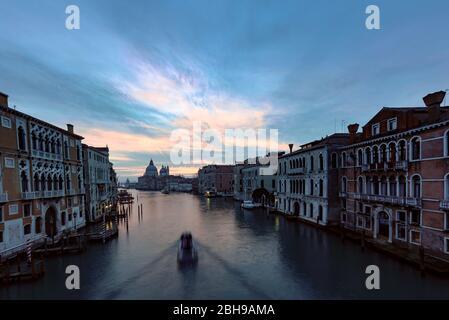 Il Canal Grande di Venezia, visto dal Ponte dell'`Accademia con Santa Maria della Salute alla fine durante l'alba in inverno