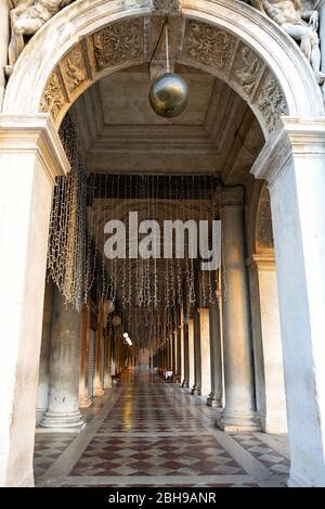 Passaggio vuoto della Biblioteca Nazionale Marciana a Venezia in Piazza San Marco alla luce del mattino in inverno Foto Stock