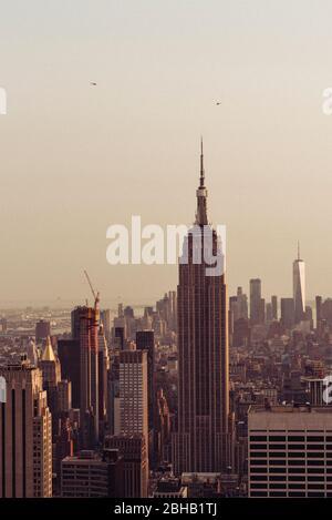Vista di Manhattan con l'Empire state Building dalla piattaforma panoramica Top of the Rock per un tramonto estivo