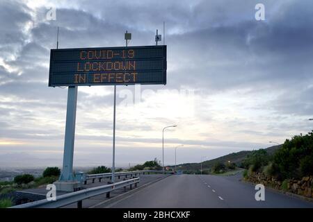 23 Aprile 2020 -Città del Capo, Sud Africa: Covid-19 segnale di avvertimento su un'autostrada a Città del Capo Foto Stock