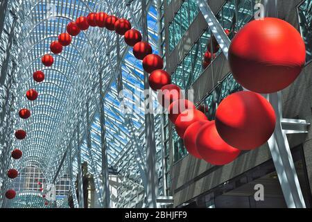 Toronto, Ontario, Canada - 06/12/2009: Un gruppo di palline rosse è installato sull'atrio di Brookfield Place. RedBall è un pezzo d'arte pubblico in viaggio Foto Stock