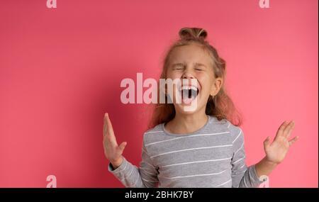 Felice sorpresa donna urlando a mani aperte, ragazza yell Foto Stock
