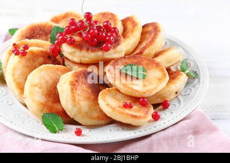 Frittelle di formaggio casolare con frutti di bosco in piatto, primo piano