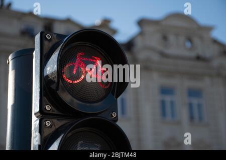 Trasporto sostenibile. Segnale del traffico in bicicletta, luce rossa, bici da strada, zona o area libera per biciclette, condivisione delle biciclette
