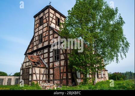 Rovine della chiesa evangelica abbandonata fatta come fachwerk - un tipo di muro di scheletro in legno. Casa a graticcio con legno e mattoni rossi. Foto Stock