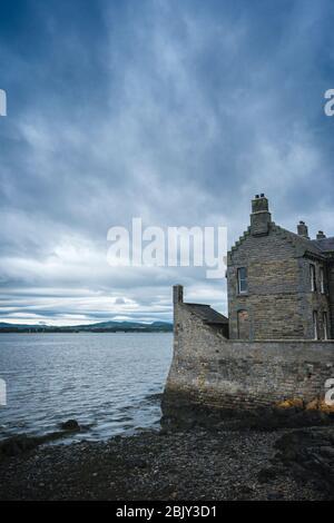 Il Castello di Blackness costruito da Sir George Crichton nel 1440, si trova sul bordo del mare sul Firth of Forth. Questa fortezza assomiglia a una nave in pietra. Foto Stock