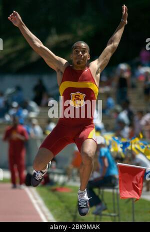 Allen Sims dell'Università della California del Sud vince il salto lungo degli uomini a 25-5 1/4 (7,75 m) nel duale incontro di campo trackand USC-UCLA presso lo stadio Drake Sabato 1 maggio 2004 a Los Angeles. Foto tramite Newscom Foto Stock