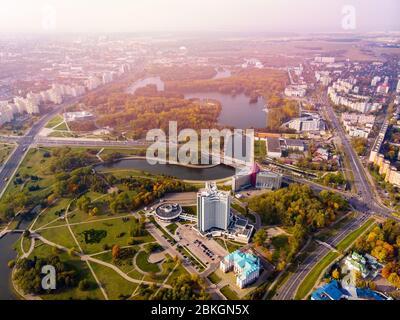 Bella autunno caldo paesaggio urbano vista dall'alto, molti parchi con alberi, foglie giallenti, fiume e alti edifici. Minsk, Repubblica di Bielorussia