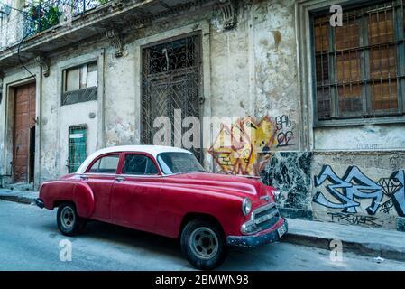 Auto d'epoca che attraversa una strada suggestiva con ciottoli nel centro storico, l'Avana Vieja, l'Avana, Cuba