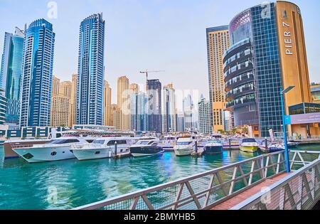 DUBAI, Emirati Arabi Uniti - 2 MARZO 2020: Il cantiere navale con yacht ormeggiati e barche presso la costruzione del complesso di ristoranti di posh Pier 7, situato a Dubai Marina, sulla M