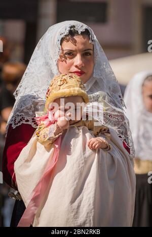 Madre figlia, ritratto di una donna e del suo bambino vestito in costume tradizionale nella grande sfilata della Cavalcata Festival folk a Sassari, Sardegna.