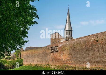Martinus in der Stadt Zons, Dormagen, Niederrhein, Nordrhein-Westfalen, Deutschland, Europa | muro di cinta e parrocchia chu