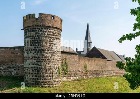Martinus in der Stadt Zons, Dormagen, Niederrhein, Nordrhein-Westfalen, Deutschland, Europa | City wal Krötschenturm