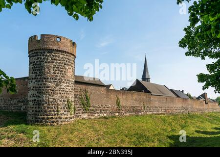 Stadtmauer, Krötschenturm und Pfarrkirche St. Martinus in der Stadt Zons, Dormagen, Niederrhein, Nordrhein-Westfalen, Deutschland, Europa | Muro della città