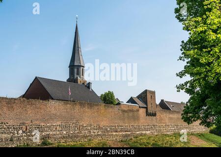 Martinus in der Stadt Zons, Dormagen, Niederrhein, Nordrhein-Westfalen, Deutschland, Europa | Muro e Parrocchia ch