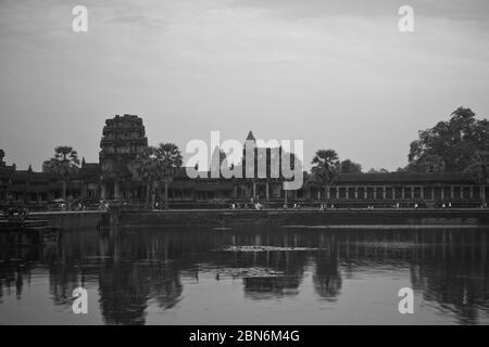 Angkor Wat è un complesso di templi in Cambogia ed è il più grande monumento religioso del mondo