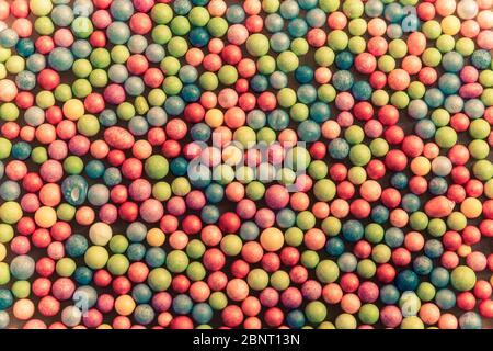 primo piano di un gruppo di piccole palle multicolore. Sfondo texture Foto Stock
