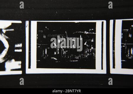 Fine anni 70 vintage contatto stampa in bianco e nero fotografia estrema di uno sviluppo di case residenziali di classe media.