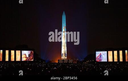 """Apollo 11 Saturn V Rocket proiettato sul monumento di Washington il 50° anniversario della missione Apollo 11 con gli astronauti della NASA Neil Armstrong, Michael Collins e Buzz Aldrin viene celebrato in uno spettacolo di 17 minuti, """"Apollo 50: Go for the Moon"""", del National Air and Space Museum di Smithsonian, che combina opere d'arte per la mappatura delle proiezioni in movimento sul Washington Monument e riprese d'archivio per ricreare il lancio dell'Apollo 11 e raccontare la storia del primo atterraggio sulla luna, venerdì 19 luglio 2019 a Washington. Foto Stock"""