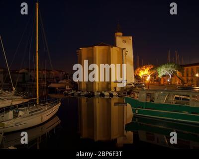 Chiesa di Port Grimaud di notte, Costa Azzurra, Provenza, Francia Foto Stock