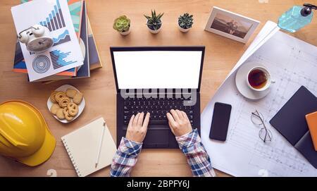 lavora da casa. designer, ingegnere che scrive sulla tastiera del computer lavorando tramite un laptop con schermo vuoto per la copia spazio durante l'isolamento casa