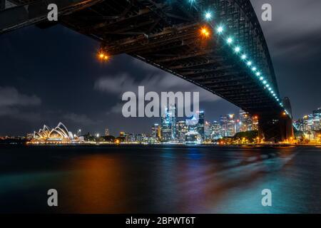 Vista notturna sul famoso Harbour Bridge e l'Opera House.