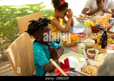 Famiglia mangiare insieme a tavola
