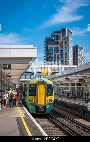 Southern Railway classe 377 treno passeggeri in attesa di imbarcarsi presso una stazione ferroviaria di Londra, Inghilterra.