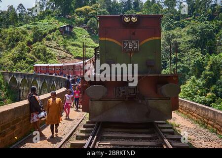 Treno di vecchio stile stazionato sul ponte Nine Arch a Ella, Sri Lanka.