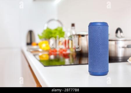 Innovazione, altoparlante wireless intelligente sul tavolo a casa sfondo sfocato