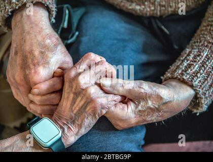 Aggrappando le loro vecchie mani insieme, ancora innamorate nei loro anni '90, insieme, sia vivendo che dormendo nel soggiorno al piano inferiore a causa della loro salute malata