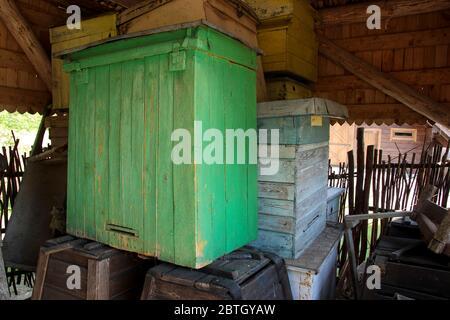 Fatto a mano, alveari di legno che sono immagazzinati. Presso l'antico Museo dell'apicoltura nel Parco Nazionale di Aukštaitija in Lituania. Foto Stock