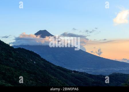 vulcano durante il tramonto ad antigua guatemala