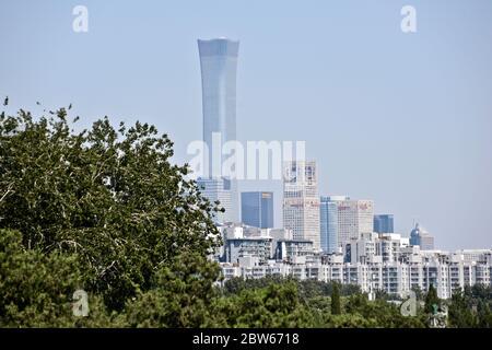 Skyline di Pechino e grattacieli, vista dal Tempio del Paradiso. Cina Foto Stock