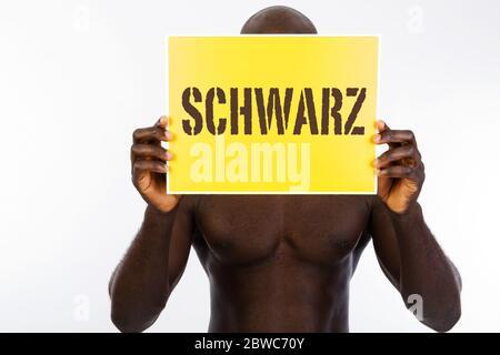 Dunkelhaeutiger Mann mit Swild vor dem Gesicht, Migrant, Migration, Auslaender, Asyll, Asylant, Schwarz, Schwarzer, Fremder, Foto Stock