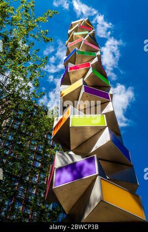 """La scultura """"Chromorama"""" (2015) dell'artista David Batchelor comprende 35 scatole luminose illuminate vicino a Broadgate, Liverpool Street, Londra, Regno Unito"""