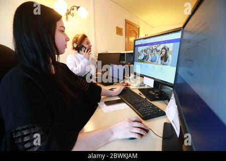Mosca, Russia. 2 Giugno 2020. I dipendenti lavorano il giorno di ammissione per i candidati che si iscrivono a programmi extramurali presso l'Università russa dei Trasporti (MIIT). Credit: Sergei Fadeichev/TASS/Alamy Live News