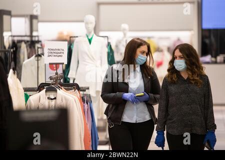 Mosca, Russia. 2 Giugno 2020. I clienti che indossano maschere e guanti si trovano all'interno di un centro commerciale a Mosca, Russia, il 2 giugno 2020. La Russia ha confermato 8,863 nuovi casi COVID-19 per aumentare il suo totale a 423,741, il suo centro di risposta coronavirus ha detto in una dichiarazione Martedì. Credit: Alessandro Zemlianichenko Jr/Xinhua/Alamy Live News