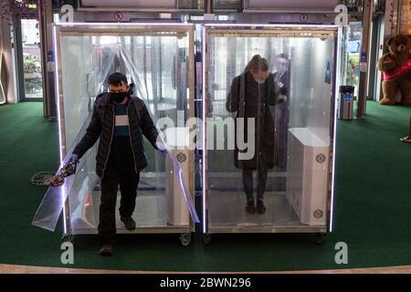 Mosca, Russia. 2 Giugno 2020. I clienti che indossano maschere e guanti devono attraversare le cabine di disinfezione all'ingresso di un centro commerciale a Mosca, Russia, il 2 giugno 2020. La Russia ha confermato 8,863 nuovi casi COVID-19 per aumentare il suo totale a 423,741, il suo centro di risposta coronavirus ha detto in una dichiarazione Martedì. Credit: Alessandro Zemlianichenko Jr/Xinhua/Alamy Live News