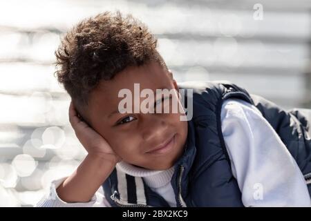 Ritratto di un simpatico ragazzo afro-americano sorridente