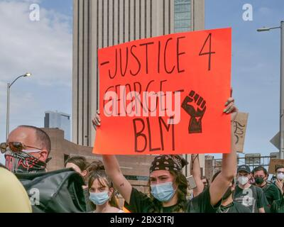 New York, New York, Stati Uniti. 4 Giugno 2020. Migliaia di manifestanti BLM hanno marciato sul ponte di Brooklyn a New York per protestare pacificamente contro la morte di George Lloyd da parte della polizia di Minneapolis. Marciarono da Cadman Plaza Bklyn a Foley Square a Lower Manhattan e oltre. Credit: Milo Hess/ZUMA Wire/Alamy Live News Foto Stock