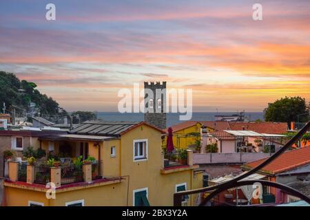 Il mare e la costa ligure dalla città di Monterosso al Mare, sulla Riviera Italiana delle cinque Terre con vista sulla torre della chiesa Foto Stock