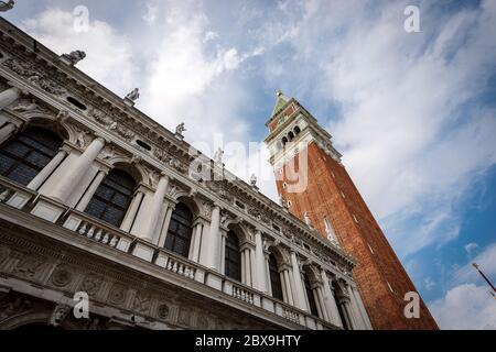 Venezia Italia, Piazza San Marco, con il campanile e il palazzo della Biblioteca Nazionale Marciana. Veneto, Italia, Europa Foto Stock