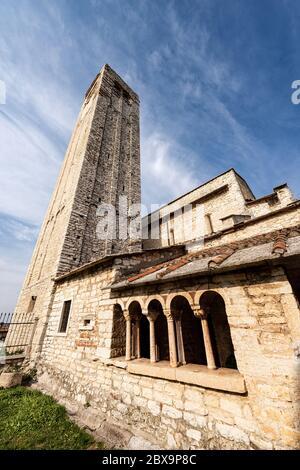 Chiesa parrocchiale romanica di San Giorgio di Valpolicella o Ingannapoltron (VII - XI secolo), con il campanile e il chiostro. Veneto, Verona, Italia, UE Foto Stock