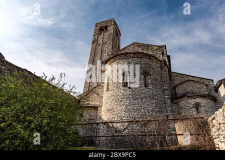 Chiesa parrocchiale di San Giorgio di Valpolicella o Ingannapoltron in stile romanico (VII - XI secolo), campanile e abside. Veneto, Verona, Italia Foto Stock