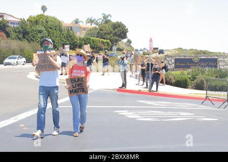 Los Angeles, Stati Uniti. 06 giugno 2020. Manifestanti 06/06/2020 manifestanti di fronte al Trump National Golf Club al Rancho Palos Verdes, CA Credit: Cronos/Alamy Live News