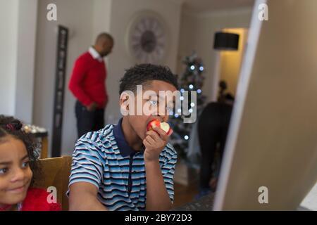 Ragazzo che mangia la mela a casa